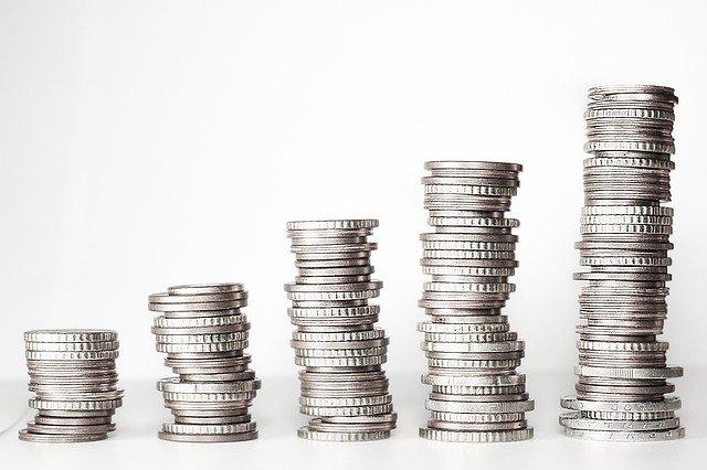Jak banki pomagają w oszczędzaniu pieniędzy?